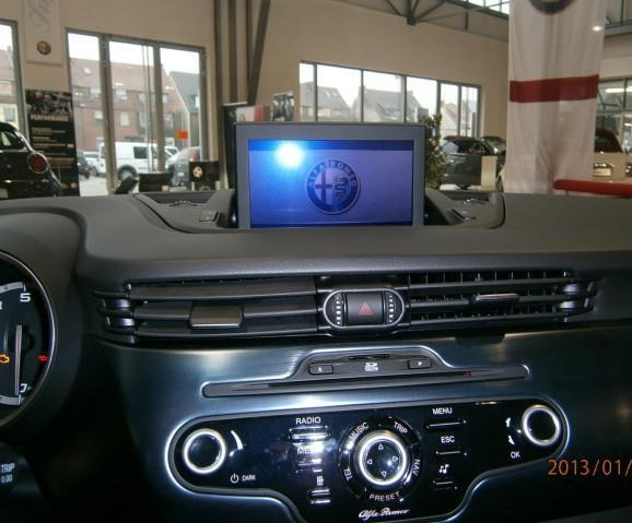 navigatia de fabrica cu ecran alfa romeo giulietta